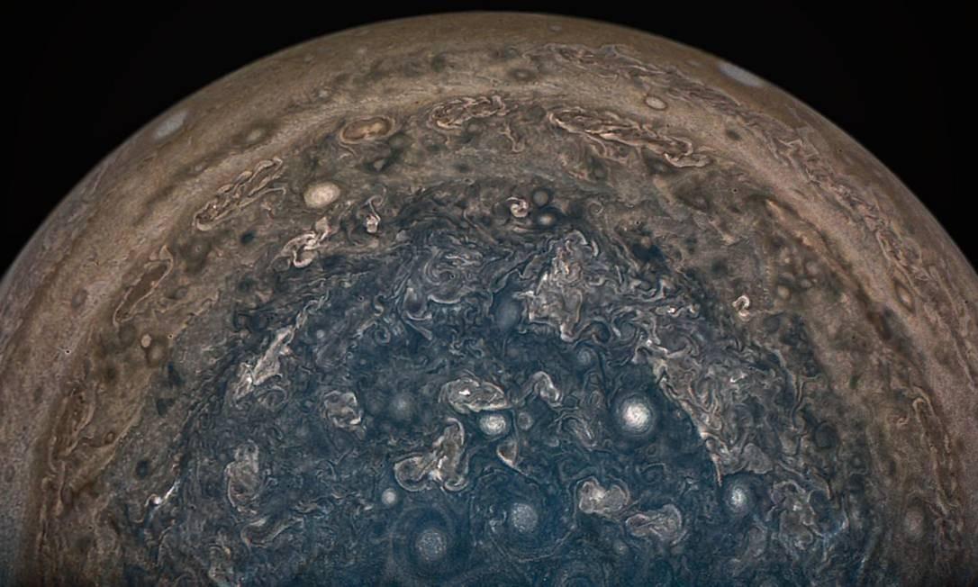 Flagrante do Polo Sul de Júpiter visto pelo Juno durante sua última aproximação do planeta, em 2 de fevereiro: até chegada da sonda no planeta, esta região nunca tinha sido observada Foto: Nasa/JPL-Caltech/SwRI/MSSS/John Landino