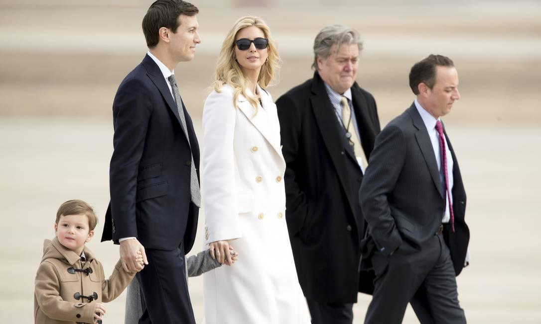 Joseph, Jared e Ivanka são acompanhados pelo estragista-chefe Steve Bannon e o chefe de Gabinete da Casa Branca, Reince Priebus Andrew Harnik / AP