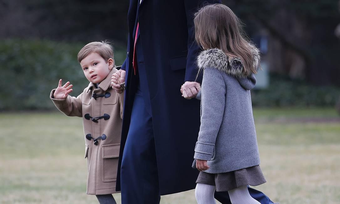 Joseph dá tchau aos repórteres enquanto Arabella caminha com Trump Pablo Martinez Monsivais / AP