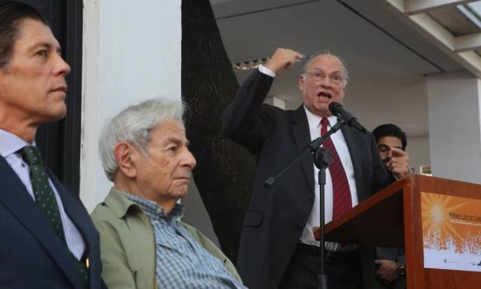 Ministro da Cultura, Roberto Freire, gesticula em discurso no qual responde ao escritor Raduan Nassar durante entrega Prêmio Camões de Literatura Foto: Marcos Alves / Agência O Globo