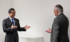 Encontro dos chefes da diplomacia: o americano Rex Tillerson e cumprimentado pelo chinês Wang Yi em Bonn, na Alemanha Foto: POOL / REUTERS