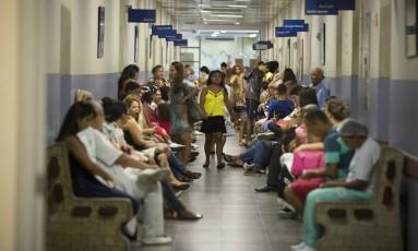 Pacientes esperam atendimento no ambulatório cheio do Hospital Miguel Couto, no Rio Foto: Márcia Foletto/Agência O Globo/28-11-2016