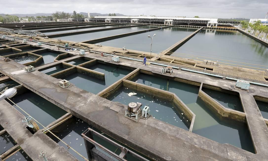 Estação de tratamento de água do Guandu, em Nova Iguaçu: atendimento ainda não é universal. Cedae está na discussão sobre socorro financeiro ao Estado do Rio Foto: Domingos Peixoto / Agência O Globo