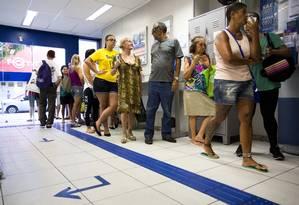 Agência Barata Ribeiro, em Copacabana, também abriu no sábado para tirar dúvidas sobre o saque de contas inativas do FGTS Foto: Monica Imbuzeiro / Agência O Globo