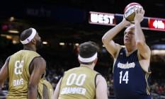 Oscar Schmidt arremessa durante o Jogo das Celebridades no fim de semana do Jogo das Estrelas da NBA Foto: Jonathan Bachman / AFP