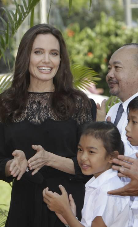 """Esta foi a primeira aparição pública oficial de Angelina Jolie após o divórcio de Brad Pitt. E ela não economizou nos sorrisos. A atriz está com os filhos no Camboja para o lançamento do filme """"First They Killed My Father"""", dirigido por ela Foto: Heng Sinith / AP"""