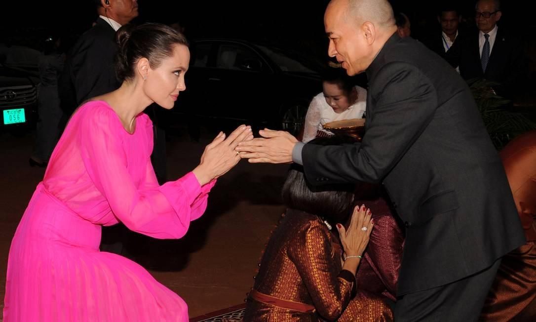 Bem diferente do longo escolhido por ela para a cerimônia de exibição. Na foto, o momento do encontro da atriz com o rei do país, Norodom Sihamoni Foto: STRINGER / REUTERS