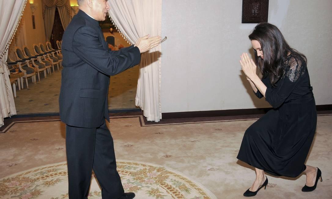 Angelina presta tributo ao rei Norodom Sihamoni na residência oficial em Siem Reap Foto: STR / AFP