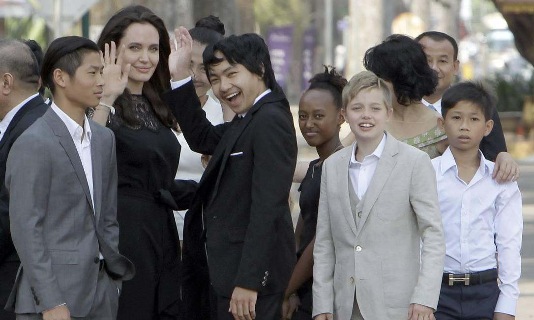 A atriz posou neste sábado ao lado dos filhos Pax (à esquerda), Maddox (ao centro), Zahara (terceira da direita) e Shiloh (segunda da direita) num hotel na cidade de Siem Reap Foto: Heng Sinith / AP