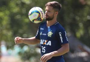 O meia Diego domina a bola com categoria em treino do Flamengo no Ninho do Urubu Foto: Gilvan de Souza/Flamengo