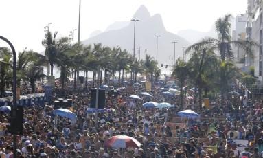 Foliões do Simpatia ocupam as pistas da Avenida Vieira Souto, em Ipanema Foto: Domingos Peixoto / Agência O Globo