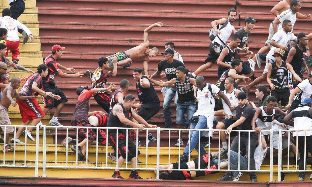 348b0d0576e5f Briga entre torcedores de Vasco e Atlético-PR na última rodada do  Brasileiro de 2013