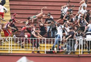 Briga entre torcedores de Vasco e Atlético-PR na última rodada do Brasileiro de 2013 deu início a sanções mais rigorosas no futebol Foto: Geraldo Bubniak / Fotoarena/Parceiro