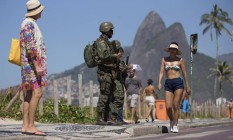 Duplas de fuzileiros navais fazem o patrulhamento no calçadão da Avenida Vieira Souto, em Ipanema Foto: Márcia Foletto / Agência O Globo