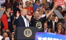 Trump ao lado de apoiador durante comício. Clima de camapnha na Flórida Foto: JOE RAEDLE / AFP