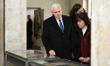 Mike Pence, ao lado de sua mulher, Karen, no campo de concentração de Dachau Foto: THOMAS KIENZLE / AFP
