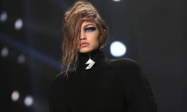 Só nomes de peso. Donatella Versace escalou um time de primeira para o desfile da Versus, a grife irmã da Versace, na semana de moda de Londres. A começar por Gigi Hadid... Foto: NEIL HALL / REUTERS