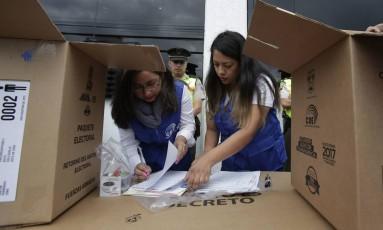 Funcionários da seções eleitorais na capital equatoriana fazem os últimos preparativos para a eleição no país Foto: Dolores Ochoa / AP