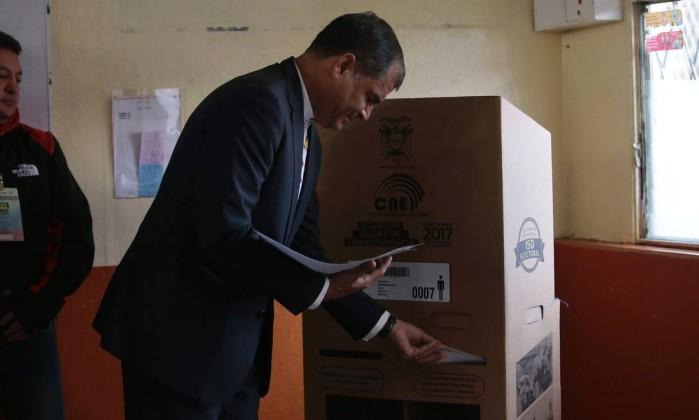 Atual presidente equatoriano, Rafael Correa põe seu voto na urna. Ele está há dez anos no poder e não é candidato a esta eleição Foto: JUAN CEVALLOS / AFP