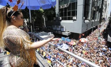 Vestida de Chacrete, Preta Gil arrasta multidão no Centro Foto: Alexandre Cassiano / O Globo