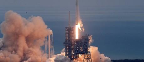 Foguete Falcon 9, da SpaceX, decola neste domingo em missão para suprir Estação Especial Internacional Foto: JOE SKIPPER / REUTERS
