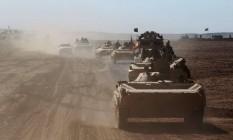 Veículos de infantaria avançam por Sheikh Younis, no sul de Mosul, durante ofensiva para retomar o lado oeste da cidade do Estado Islâmico Foto: AHMAD AL-RUBAYE / AFP