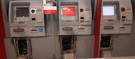 Bandidos usaram maçaricos para abrir os caixas eltrônicos Foto: Foto do Leitor / .