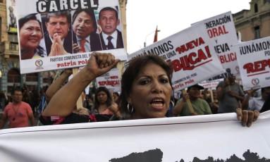 Manifestantes nas ruas de Lima pedem a prisão dos ex-presidentes, na semana passada(AP Photo/Martin Mejia) Foto: Martin Mejia / AP
