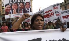 Manifestantes nas ruas de Lima pediram, na semana passada, a prisão de ex-presidentes peruanos, após a Odebrecht admitir pagamento de propina por contratos no país Foto: Martin Mejia / AP