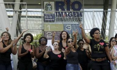 Protesto de funcionários do Rio Imagem no dia 7 de fevereiro: equipe foi demitida por prestadora de serviço Foto: Gabriel de Paiva / Agência O Globo