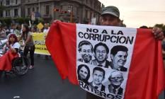 Manifestantes nas ruas de Lima pediram, na última quinta-feira, a prisão de ex-presidentes peruanos, após a Odebrecht admitir pagamento de propina por contratos no país Foto: CRIS BOURONCLE / AFP