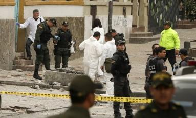 Investigadores analisam o local da explosão na Plaza de Toros, em Bogotá Foto: Ricardo Mazalan / AP