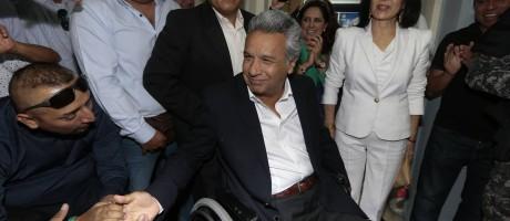 O candidato Lenin Moreno chega para votar nas eleições do Equador Foto: JUAN CEVALLOS / AFP