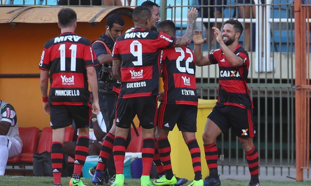 Jogadores do Flamengo comemoram o gol de Diego na vitória sobre o Madureira Foto: Gilvan de Souza/Flamengo