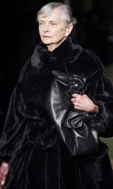 As escolhidas tinham entre 50 e 73 anos e uma vasta experiência no mundo da moda. Aqui, a inglesa Jan de Villeneuve, de 70 anos, que fez sucesso nos anos 70 NIKLAS HALLE'N / AFP