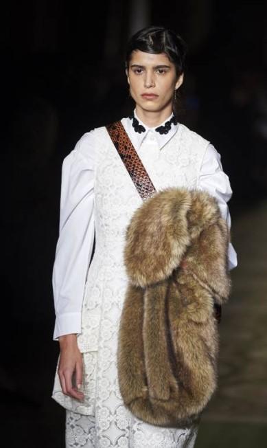 Junto com as experientes modelos, um casting jovem, comandado pela argentina Mica Arganaraz, considerada pelo portal Models.com como uma das 50 modelos mais importantes do momento NIKLAS HALLE'N / AFP