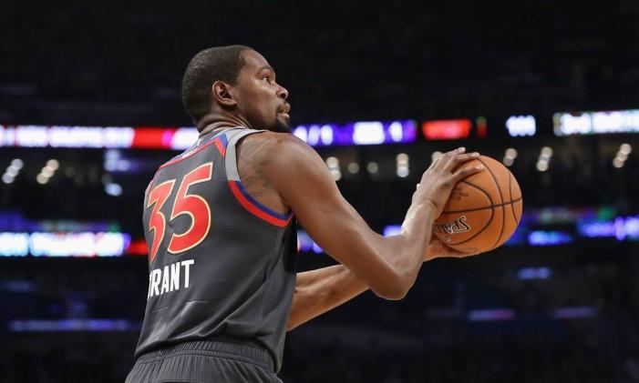 Kevin Durant prepara um arremesso no Jogo das Estrelas da NBA: partida teve reconciliação com Westbrook Foto: RONALD MARTINEZ / AFP