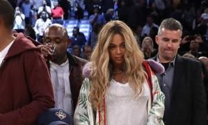 """A expectativa de quem foi ao Smoothie King Center, em Nova Orleans, na noite do último domingo, era de assistir a um jogo de basquete com os maiores nomes da liga americana. Mas quem comprou o ingresso não imaginava que o tal """"jogo dos estrelas"""" teria também, na arquibancada, uma das maiores estrelas pop dos anos 2000: Beyoncé, com a filha Blue Ivy Foto: RONALD MARTINEZ / AFP"""