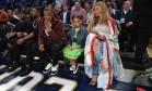 A família Carter (Jay-Z, Beyoncé e Blue Ivy) monopolizou os flashes da partida Foto: RONALD MARTINEZ / AFP