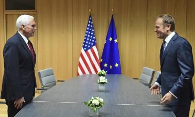 Pence e Tusk se reúnem em Bruxelas: tom de apoio Foto: Emmanuel Dunand / AP