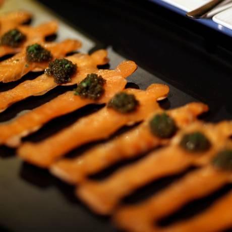 Miniaturas da estatueta darão formas a vários doces e salgados, como esse prato de salmão defumado com caviar. Seis mil e quinhentos desses serão colocados à mesa Foto: MARIO ANZUONI / REUTERS