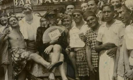 Nostalgia. Flagrante de foliões no Centro do Rio, com homens vestidos de mulher, malandros e o lendário Zé Pereira: inversão e deboche típicos do carnaval Foto: 10/02/1948 / Agência O Globo