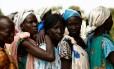 Mulheres esperam na fila para serem atendidas na clínica móvel da UNICEF no vilarejo de Rubkuai, no Norte do país Foto: SIEGFRIED MODOLA / REUTERS