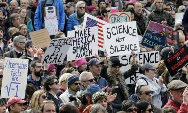 """Cientistas carregaram cartazes em defesa da ciência: """"faça a América inteligente novamente"""" Foto: Steven Senne / AP"""