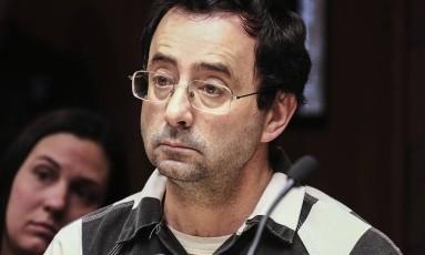 Larry Nassar durante audiência preliminar de julgamento por abuso sexual: ex-médico da seleção dos EUA é acusado por dezenas de ginastas Foto: Robert Killips / AP