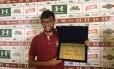 Gustavo Scarpa exibe placa recebida em homenagem ao gol marcado contra o Globo-RN Foto: Rafael Oliveira