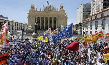 Funcionários da Cedae fazem protesto contra a venda da companhia em frente à Alerj Foto: Domingos Peixoto / O Globo