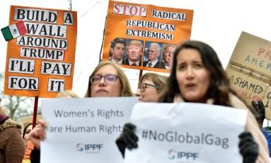 Manifestantes protestam em Bruxelas contra visita de Mike Pence às instituições da União Europeia Foto: ERIC VIDAL / REUTERS