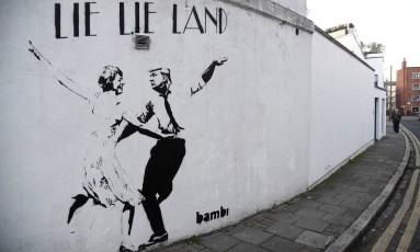 """Em Londres, grafite ironiza Trump e May, em estilo do filme """"La La Land"""", os chamando de mentirosos Foto: TOBY MELVILLE / REUTERS"""