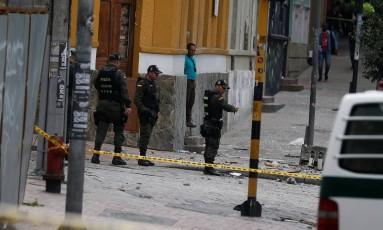Policiais conferem destruição após explosão em Bogotá Foto: JAIME SALDARRIAGA / REUTERS